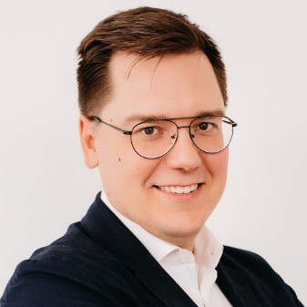 Piotr Bartos from Insly talking about the work standards of insurance agents and SMS communication, published on SMSAPI blog